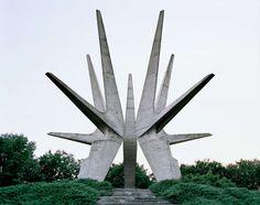 Kosmaj:  Dieses Monument steht auf dem Berg Kosmaj in Serbien, in der Nähe von Belgrad. Es ist einer Partisaneneinheit aus dem Zweiten Weltkrieg gewidmet.