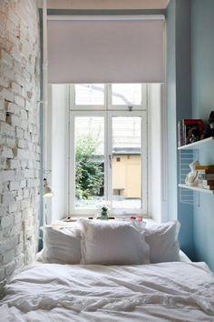 Mała sypialnia z białą cegłą na ścianie - Lovingit.pl
