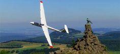 Segelfliegen an der Wasserkuppe; Flugsaison: von April bis Ende Oktober, abhängig vom Wetter Preise: Panoramaflug im Segelflugzeug oder Motorsegler, ca. 20 Minuten: 50 € pro Person