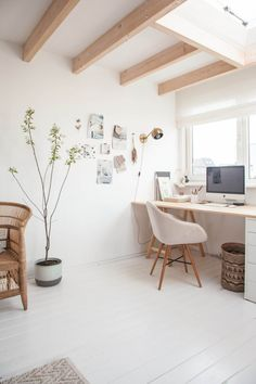 I have fondness for painted floor boards and really love this light airy office. Home office interiors, home office inspiration Home Office Inspiration, Workspace Inspiration, Office Ideas, Home Office Design, Home Office Decor, Home Decor, Cores Home Office, Office Workspace, Organized Office