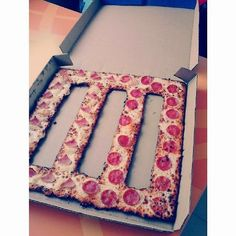 Paramore Pizza PERFECTION IN A PICTURE DAMN.... I want this for my birthday....