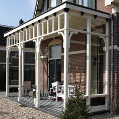 Nieuwbouw veranda aan voorgevel bestaande woning en kozijnen en ramen op de verdieping vervangen. Ontwerper: Horstink… Outside Living, Outdoor Living, Pergola Patio, Backyard, Porches, English Farmhouse, Porch Veranda, Outdoor Shade, French Country House