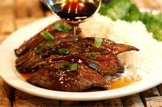 Говядина терияки https://foodmag.me/govyadina-teriyaki  Время приготовления: 15 мин. Сложность приготовления: Очень просто Количество порций: 4 Количество ингредиентов: 6  Ингредиенты: говяжья вырезка – 800 г. мирин – 3 ст. л.. растительное масло – 2 ст. л.. саке – 4 ст. л.. соевый соус – 2 ст. л.. соль,.  Этапы приготовления: Говядину вымыть, обсушить и разрезать на 4 порционных куска. Слегка натереть солью и обжарить в разогретом масле, 3 мин. Перевернуть на другую сторону и жарить еще 1…