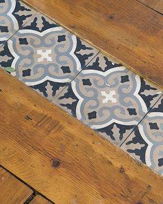 Un joli appartement suédois Hall Flooring, Living Room Flooring, Kitchen Flooring, Carpet Flooring, Wood Tile Floors, Wooden Flooring, Hall Tiles, Kitchen Installation, Front Rooms