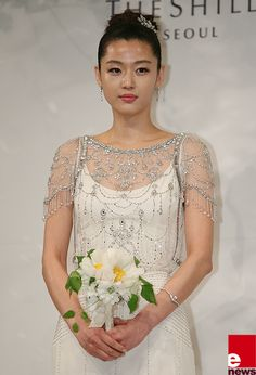 [Jun Ji Hyun's Wedding] The bride wears Jenny Packham to greet reporters at the press conference before the wedding ceremony