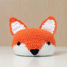 Niedlicher Türstopper in orange.  Der kleine gehäkelte Fuchs ist handgefertigt, mit 1 kg Erbsen und etwas Watte befüllt. Zum Schutz befindet sich auf