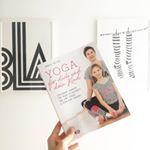 Meine Freundin Julia aus Berlin ist dieses Wochenende zu Besuch bei uns und hat ein nagelneues Yoga-Buch für Eltern & Kinder von @kinderyogaberlin im Gepäck. Julia ist mit ihrer Tochter Emma eines von mehreren Teams, die gemeinsame Yoga-Übungen und Entspannungsmassagen für Kinder und Eltern in dem Buch zeigen dürfen. Ich bin ganz begeistert! Ein wunderschönes Weihnachtsgeschenk! ❤️ Die coolen Yoga-Hosen auf dem Titelbild sind übrigens von @heyhoneyyoga, noch so ein Tipp für ein wunderbares…