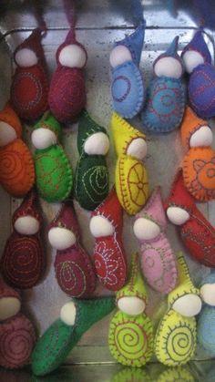 Deze kabouters wee zak zijn handgemaakt van 100% wol voelde, gestikt met katoen, gevuld met wol fleece met een 100% katoen gezicht. Ze zijn prachtig voor kleine handen om te spelen met en zijn gemaakt in de traditie van Steiner/Waldorf. Kies een kleur en een patroon van die afgebeeld. Ze zijn allemaal hand genaaid door mij dus de patronen en kleuren enigszins van die afgebeeld afwijken kunnen. Deze zak kabouters meten ongeveer 2 duim in hoogte, en hoewel alle natuurlijke zijn niet gesc...