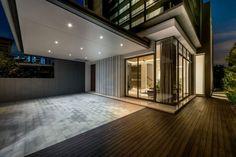 mur-vegetal-exterieur-terrasse-bois-composite-blocs-béton-fenetres-verre-spots-led