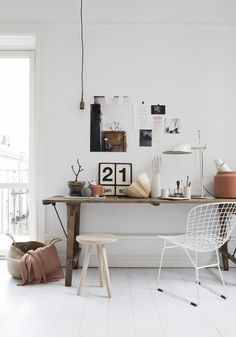 Brown tones add such a lovely warmth to bright white spaces. I usually gravitate towards darker tones, but the caramel colour ofthe  leat...