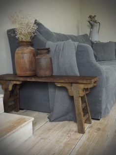 Oud houten bijzettafel/ sidetable in oud chinese stijl, behandeld met middenbruin. Van het merk Leonie's gepind van van www.leonieswoonaccessoires.nl
