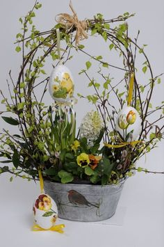 I love this basket arrangement. It's light and airy for Easter/Springstroik I love this basket arrangement. It's light and airy for Easter/Springstroik Easter Flower Arrangements, Easter Flowers, Spring Flowers, Easter Projects, Easter Crafts, Easter Decor, Decoration Vitrine, Deco Floral, Hoppy Easter