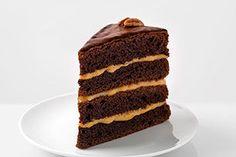 Comment transformer une simple préparation pour gâteau en dessert spectaculaire? Il suffit de suivre cette recette, et vous obtiendrez un gâteau étagé fait de caramel crémeux, d'une ganache et d'une garniture de noix. Miam!