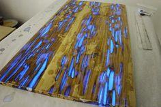 Mesa de madera que brilla por las noches gracias al polvo fluorescente que contiene