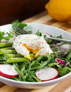 This simple Poached Egg and Asparagus Salad from @eatspinrunrpt is high in protein, vitamin C and iron! #gluten-free #vegetarian