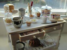 Mesa en miniatura para hornear con la torta, zapatero, muffins y más