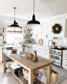 31 Elegant Farmhouse Kitchen Design Ideas On A Budget - Farmhouse kitchen style will be perfect idea if you want to have family gathering in your kitchen during meal time. There are a lot of ideas in decora. Decor, Farmhouse Kitchen Inspiration, Kitchen Inspirations, Kitchen Remodel, Interior Design Kitchen, Farmhouse Kitchen Lighting, Home Decor, Home Kitchens, Kitchen Style
