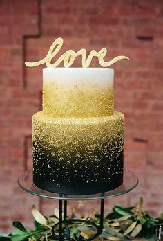 La maestra pastelera Julie Almond de Caketopia Cakes decoró esta dulce confección en capas en degradé en negro y dorado. Esta alucinante torta de bodas fue fotografiada por Ampersand Wedding Photography.