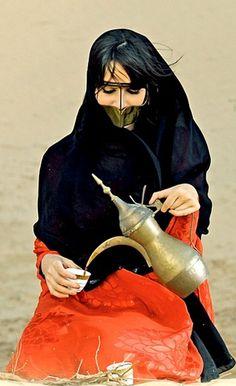 Emirates Frauen servieren Gahawa Arabia (arabischer Kaffee) – Amaal Mustafa – Join the world of pin People Around The World, Around The Worlds, Timor Oriental, Arabic Coffee, Arab World, Arabian Beauty, Arabian Women, Arabic Art, Le Far West