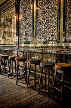 Inside The Ten Bells pub, London. The Ten Bells pub is where Jack the Ripper's victims went for a drink. Cafe Bar, Pub Bar, Cafe Restaurant, Restaurant Design, Oriental Restaurant, Modern Restaurant, Pub Design, Design Hotel, Commercial Design