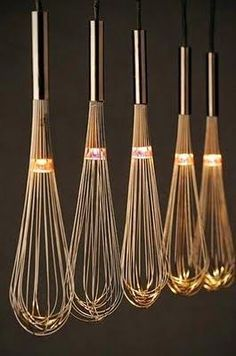 – 80 kreative Upcycling-Ideen oh, lighted whisks, i love this! could look cheesy though, in a very minimalistic and very clean kitchen above an island, it would be lovely Related Post Facade design Deco Luminaire, Luminaire Design, Lamp Light, Light Up, Diy Light, Diy Luz, Luminaire Original, Bottle Candles, Diy Bottle Lamp