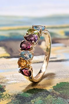"""Rovnako ako v minulom roku, i pre nasledujúce obdobie sme pre vás pripravili zostavu šperkov, majúcich označenie Top trendy. Jedným z galérie """"šik"""" modelov, ktorý vám chceme predstaviť, je prsteň Athos, pripravený hájiť ženskú krásu plejádou svojich zbraní v podobe zástupu farebných drahokamov. Prepojenie citrínu, granátu, modrého topásu, ametystu, apatitu, granátu – rodolitu a peridotu, dá vašej osobnosti iskru a žlté zlato ju ešte viac rozžiari. Statement Rings, Heart Ring, Diamond, Color, Jewelry, Jewlery, Jewerly, Colour, Schmuck"""