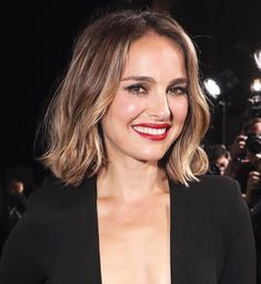 Interview: Oscar winner Natalie Portman gives rare insight into her family life Oscar Hairstyles, Hairstyles With Bangs, Pretty Hairstyles, Medium Hair Cuts, Medium Hair Styles, Curly Hair Styles, Natalie Portman Style, Natalie Portman Short Hair, Peinados Pin Up