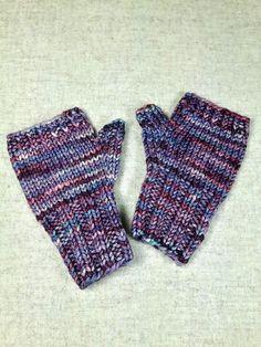Fingerlose Handschuhe für Kleinkinder in verschiedenen Lilatönen, handgefärbte Merino-Wolle, handgestrickt von mir, garantiert ohne Maschine.