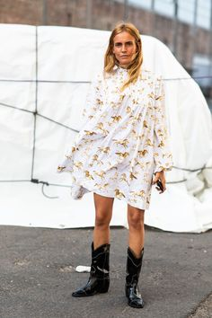 How to Wear Cowboy Boots - The Effortless Chic So tragen Sie Cowboystiefel - The Effortless Chic Cowboy Boot Outfits, Cowboy Boots, Botas Cowboy, Botas Western, Western Boots, Western Style, Estilo Cool, Short Summer Dresses, Effortless Chic
