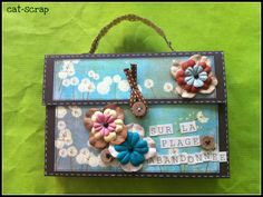 "Tuto de l'album ""mini valise "": http://cat-scrap.over-blog.com/article-tuto-album-valise-sur-la-plage-abandonnee-88166748.html"