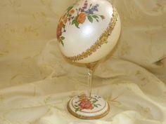 Pequeñas joyas decoradas en huevos