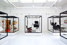 """Create a """"museum"""" of chairs - Our favorite Eames Vitra products in Vinçon Exhibition, Barcelona Exhibition Stand Design, Exhibition Display, Exhibition Space, Display Design, Store Design, Furniture Showroom, Furniture Design, Stand Feria, Showroom Design"""