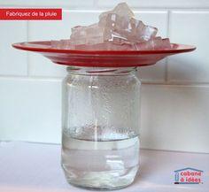 Faire de la Pluie: Vos enfants se demandent pourquoi il pleut? Voici comment leur montrer le processus facilement! une bouteille en vitre, Une assiette,De l'eau Des glaçons.Faites bouillir l'eau. Versez l'eau dans la bouteille en vitre jusqu'au tiers. Mettez une assiette sur le dessus et attendez une minute ou deux. Ensuite, ajoutez les glaçons sur l'assiette et observez ce qui se passe : des gouttes d'eau se créeront sur les parois de la bouteille, comme de la pluie!