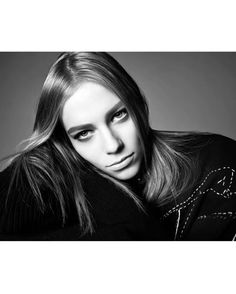 모델 렉시 볼링 비토리아 세레티 키키 윌렘스 레일라 골드쿨 노라 아탈 그리고 배윤영까지 지금 패션계에서 가장 주목받는 매력적인 얼굴들이 총 출동한 이 화보는? 천재 사진가 '스티븐 마이젤'이 촬영한 자라의 2017 봄/여름 여성복 캠페인 광고랍니다(Steven Meisel Gukhwa Hong @hongukah) _ #Zara revealed their Spring Summer 2017 #womenswear advertising #campaign captured by the legendary fashion photographer #StevenMeisel. Stars of the campaign are #LexiBoling #VittoriaCerreti #KikiWillems #LeilaGoldkuhl #NoraAttal and #YoonYoungBae. #SS17 via VOGUE KOREA MAGAZINE OFFICIAL INSTAGRAM - Fashion Campaigns…