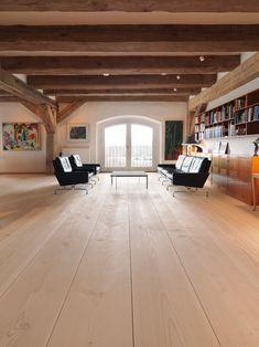 I hjertet af København ligger Det Blå Pakhus. Den store, fredede bygning på Toldbodgadeblev opført helt tilbage i 1783 som lager og pakhus af et stort handelskompagni. I dager bygningen omdannet til eftertragtede ejerlejligheder. En af disse lejligheder har denanerkendte arkitekt og møbeldesigner Knud Kapper stået for. Det specialdesignede køkken i amerikansk valnød, spisebordet i …