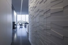 Image 15 of 27 from gallery of Layers of White / Pitsou Kedem Architects. Photograph by Amit Geron Interior Walls, Interior Design, Interior Ideas, Pitsou Kedem, Living Styles, Wall Treatments, Modern House Design, Modern Houses, Textured Walls