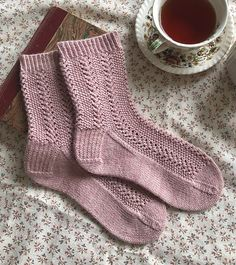 Ravelry Elinor Socks Pattern By Ambrose Smith , ravelry elinor socken muster von ambrose smith , modèle de chaussettes ravelry elinor par ambrose smith Crochet Socks, Knitting Socks, Hand Knitting, Knit Crochet, Knit Socks, Knitted Slippers, Crochet Granny, Crochet Cats, Crochet Birds