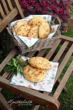 il gattoghiotto: Focaccine con pancetta, formaggio ed erbe aromatiche