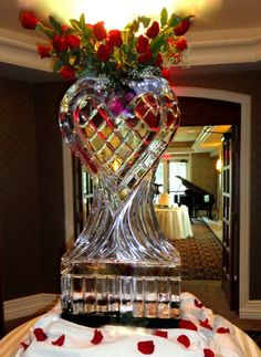 Esculturas de hielo increíbles para eventos con estilo propio. Corazón de hielo con rosas