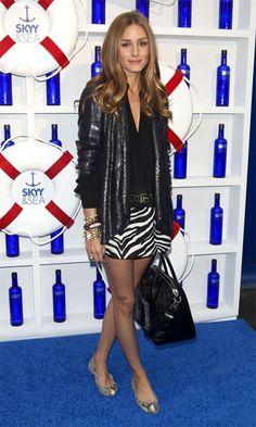 Olivia Palermo usando um casaco Diane von Furstenberg e uma mala Givenchy a condizer.