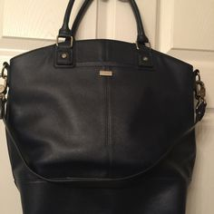 Thirty-one Jewell handbag Navy handbag excellent condition. Bag is large and spacious. Thirty one Bags