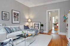 Как же понравился цвет стен в гостиной этой замечательной двухкомнатной квартиры в Гетеборге! Сдержанный, успокаивающий, уютный — серый здесь смотрится просто и красиво. С таким приятным фоном можно и поиграться с мебелью и разнообразными деталями декора, при чем цвета подходят самые разнообразные. Да и в целом, квартира оставила очень приятное впечатление. Источник: Alvhem