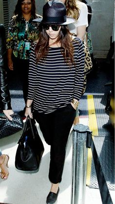 10 Chic Celebrity Airport Looks Topped Off To Perfection Kourtney Kardashian's looks ultra cool while traveling in a striped tee, loose-fit pants and a fedora Mode Outfits, Casual Outfits, Fashion Outfits, Fashion Line, Love Fashion, Kardashian Style, Kourtney Kardashian, Airport Look, Airport Style