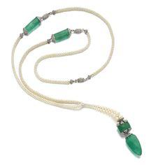 étonnant sautoir en tissage de perles fines, platine, diamants et émeraudes. Présenté dans un écrin Cartier, il n'est pas signé. Il date des années 30. Certains segments sont démontables afin d'être portés en bracelets