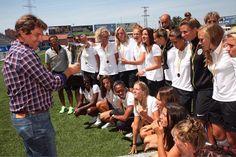 """El alcalde en funciones Javier Ayala acudió ayer a la entrega de premios del I Torneo Internacional de Fútbol Femenino que se ha disputado los días 14 15 y 16 de agosto en el campo municipal de La Aldehuela.  Ayala entregó el trofeo al equipo de campeonas Montpellier y felicitó al resto de las integrantes de los tres equipos restantes: Atlético de Madrid Andelercht y Valencia.  El edil valoró de manera muy positiva este torneo cuadrangular """"porque han hecho fútbol con mayúsculas y porque el…"""