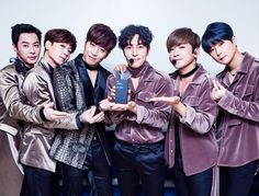 Shinhwa winning 1st place for the 2nd week in a row on 인기가요.