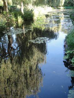 Reflexos no lago do Jardim das Águas, na residência do Monet, em Giverny