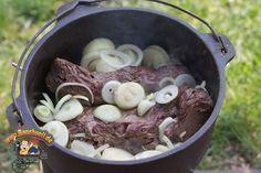 Zwiebelschmorfleisch aus dem Dutch Oven, eines der einfachsten und zugleich leckersten Rezepte die ich je gekocht habe! Etwas Reist dazu und fertig!