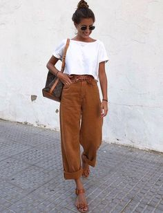 Ideas para usar 'baggy pants' aunque seas chaparrita Mode Outfits, Girly Outfits, Casual Outfits, Fashion Outfits, Fashion Tips, Fashion Hacks, Casual Jeans, Fashion Quotes, Fashion 2020