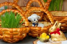 Wielkanocne koszyczki drożdżowe   Yeast Easter baskets Polish Easter, Homemade Pastries, Easter Holidays, Cute Cakes, Easter Baskets, Baked Goods, Sushi, Food And Drink, Sweets